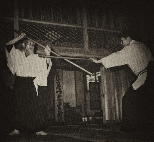 Morihei Ueshiba montrant une parade de Bo-jutsu